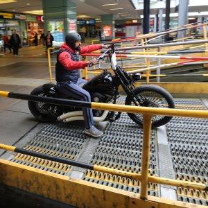 Motorrad auf der Verladerampe - Foto: Urlaubs-Express / Train4You